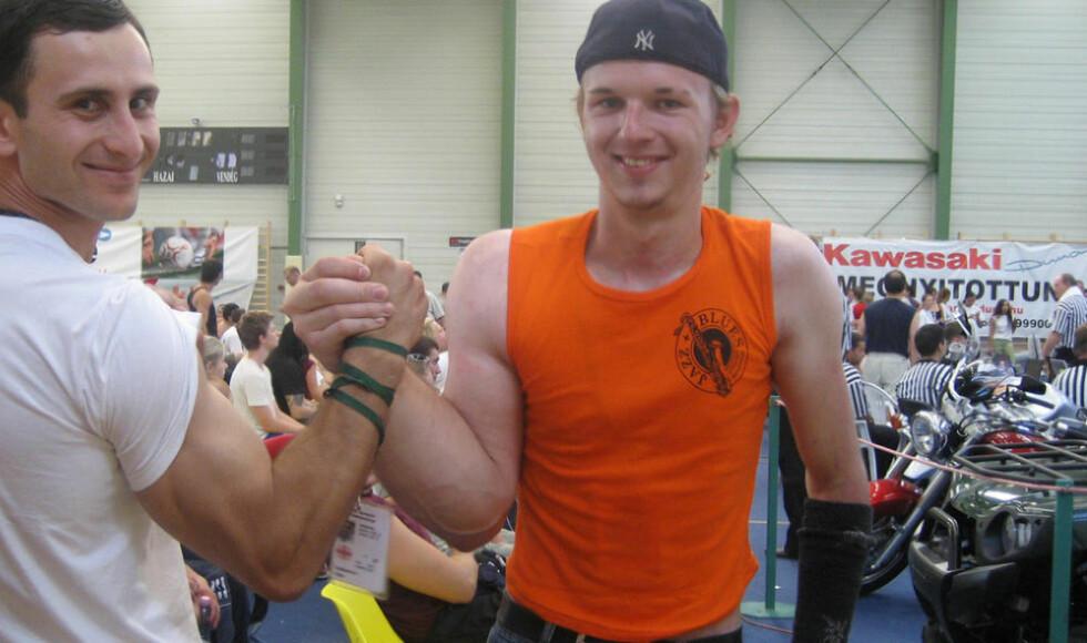 MONSTERARM: Tyskeren Matthias Schlittle (t.h.) er profesjonell arm-wrestler. Høyrearmen hans er merkbart større enn venstrearmen grunnet en genetisk feil. Foto: matthias-schlitte.de