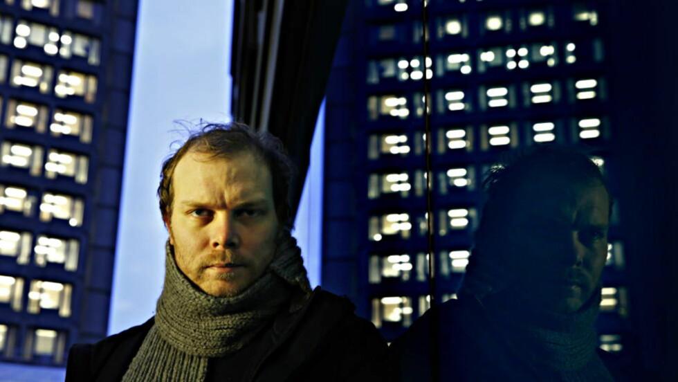 OG VINNEREN ER: Johan Harstads skrekk-roman «Darlah — 172 timer på månen» har vunnet Dagbladet og Ubok.nos kåring av tidenes beste norske ungdomsroman.  Foto: Jacques Hvistendahl / Dagbladet