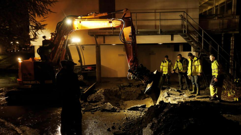 LAGER AVLØP:  Redningsmannskap med gravemaskin jobber i natt for å gjenåpne tett kum og andre blokekringer i vannveiene ved sykehuset i Kristiansand. FOTO: HENNING LILLEGÅRD/DAGBLADET.