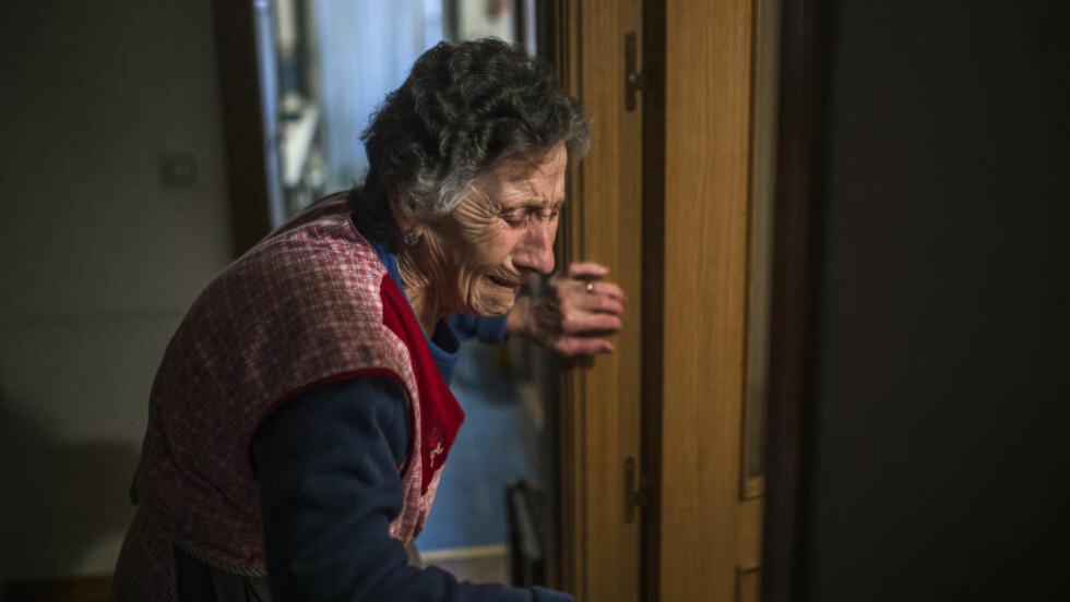 TVANGSUTKASTET: 85 år gamle Carmen Martinez Ayudo ble fredag kastet ut av leiligheten hun der hun har bodd i over 50 år. Nå kommer den lokale La Liga-klubben henne til unnsetning. Foto: AP Photo / Andres Kudacki / NTB Scanpix