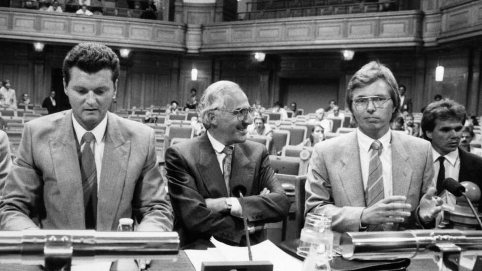 AVHØR:  Palmegruppen ønsker å få vite hva Säpo-etterforskerne Walter Kegö (t.v.) og Jan-Henrik Barrling (t.h.) visste om den ulovlige overvåkningen av en russisk diplomat. Dette bildet er tatt i 1988 i forbindelse med utspørring om Ebbe Carlsson-skandalen, som ble kjent etter at  Expressen avslørte at bokutgiveren Ebbe Carlsson etterforsket PKK sin eventuelle delaktighet i Palmemordet, med støtte fra justisminister Anna-Greta Leijon. Foto: Jan Collsiöö / SCANPIX