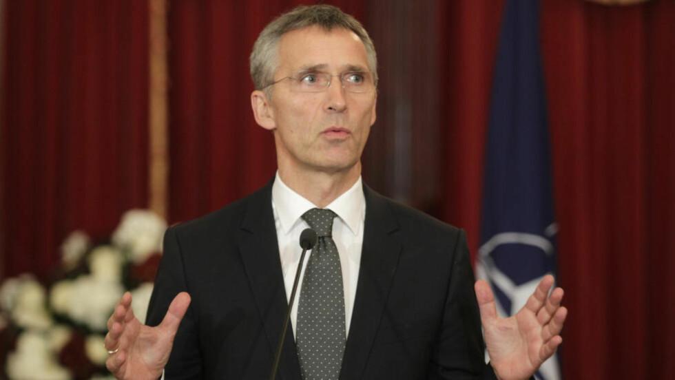 BER OM PENGER: NATO-sjef Jens Stoltenberg ber de 28 medlemslandene styrke forsvarsbudsjettene. Foto: Ints Kalnins / Reuters / NTB scanpix