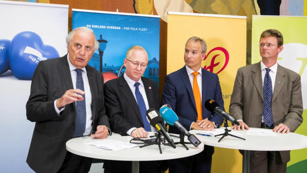 ENIGE OM POSEAVGIFT: Høyres finanspolitiske talsmann Svein Flåtten (t.v.) bekrefter at poseavgiften var med allerede i partiets alternative statsbudsjett for 2010. Her fra 5. juni, da de borgerlige ble enige om revidert nasjonalbudsjett. Foto: Erlend Aas / NTB Scanpix