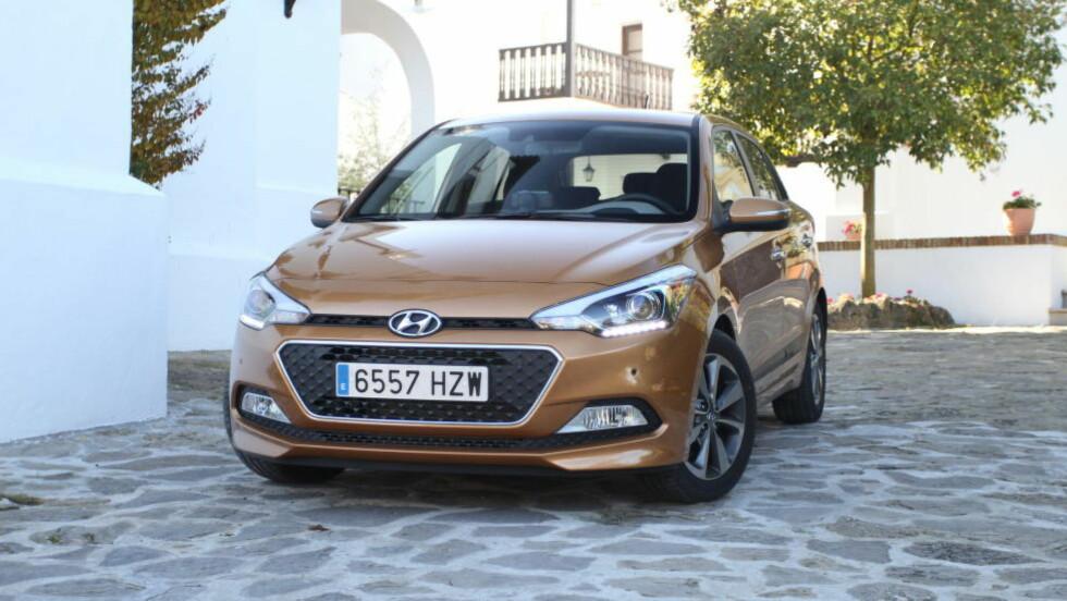 GODKJENT: Hyundai i20 - men har vi ikke sett noe lignende før? Ikke mange hadde reagert om det var en Peugeot-logo i fronten. Foto: RUNE M. NESHEIM / AUTOFIL / DINSIDE.NO