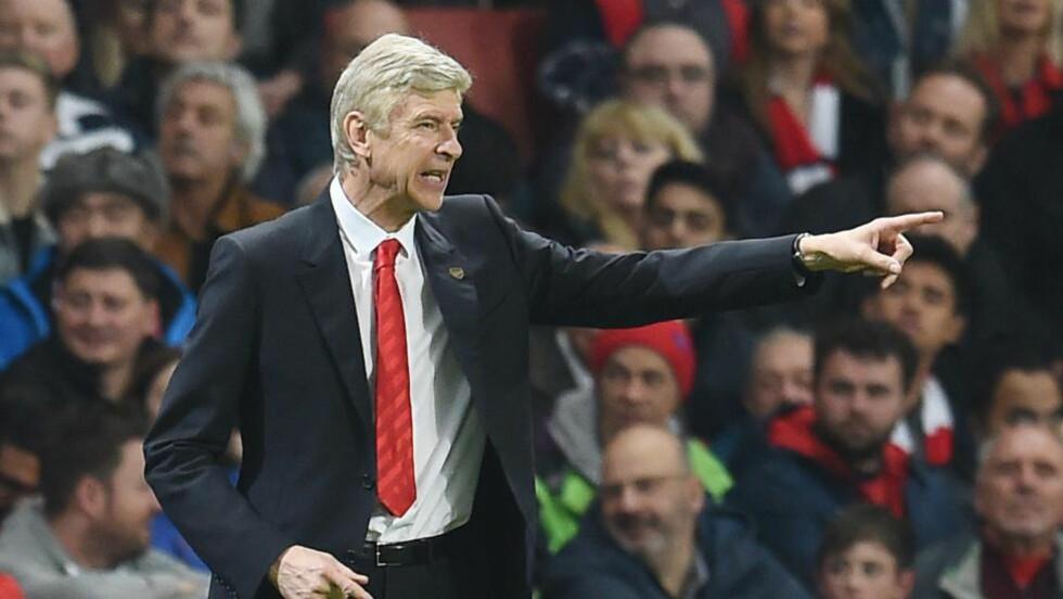 PRINSIPPFAST: Arsenal er inne i en dårlig periode, og Arséne Wenger blir kritisert av både en av klubbens eiere, og en profilert Arsenal-supporter. Her gestikulerer han under helgens kamp mot Manchester United. FOTO: EPA/ANDY RAIN.