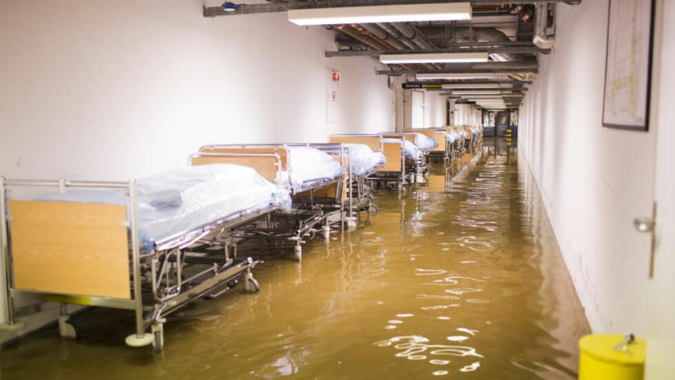 OVERSVØMMELSE:  Vannmasser har ført til store skader på Sykehuset Sørlandet Kristiansand. Foto: Sondre Steen Holvik