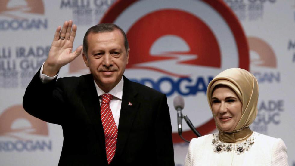 -BØR PRIORITERE MORSROLLEN:  Tyrkias president mener det strider mot en kvinnes «sarte vesen» å utføre de samme jobbene som menn. Her er han sammen med sin kone Emine Erdogan. Foto: AP Photo/Emrah Gurel