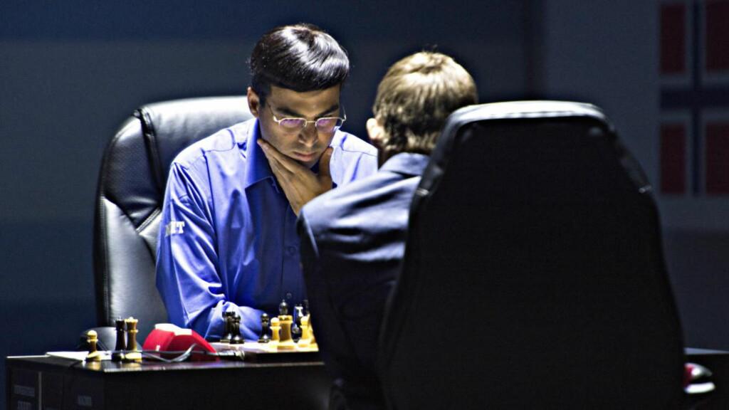 I DYPE TANKER:  VIshy Anand under VM-kampen mot Magnus Carlsen. Foto: Lars Eivind Bones