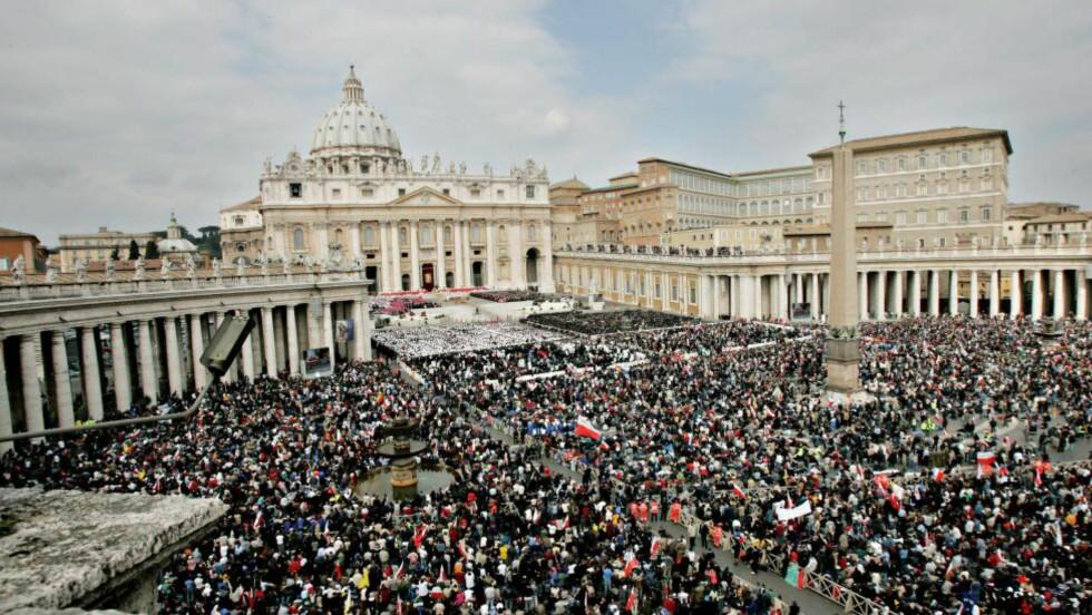 HVOR MANGE: Det er ofte veldig mange mennesker inne i Vatikanstaten i Roma. Men hvor mange bor det egentlig der tror du?: Foto: Jon Terje Hellgren Hansen