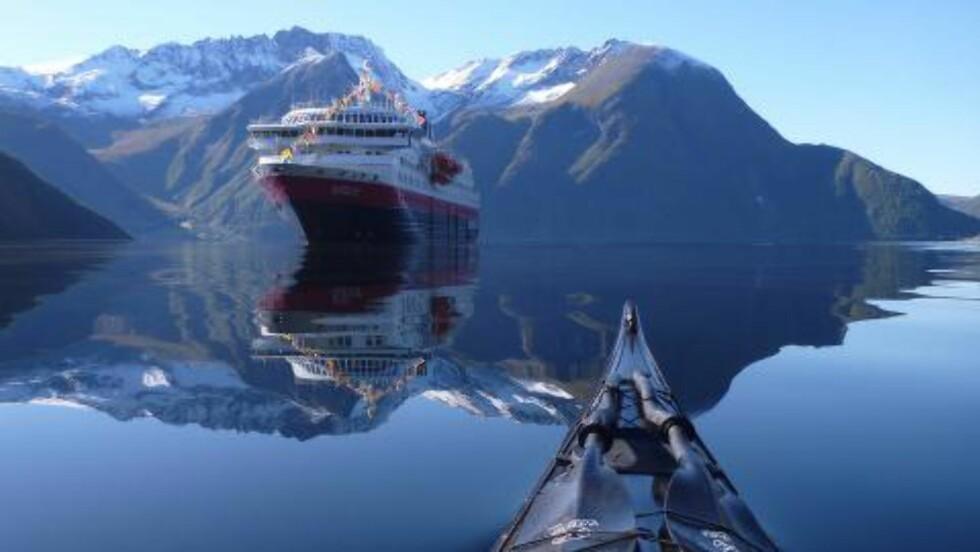 HER TAR DET AV: Først da Tomasz Furmanek la ut dette bildet av Hurtigruten i Hjørundfjorden og tagget det med «fjorden», var det mange som begynte å dele og følge ham. Foto: THOMASZ FURMANEK