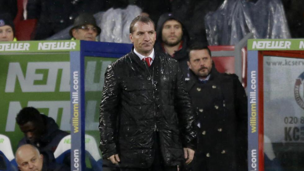 SITTER TRYGT: Flere engelske journalister mener å vite at pressede Brendan Rodgers sitter trygt som Liverpool-manager. Foto: AP Photo/Matt Dunham