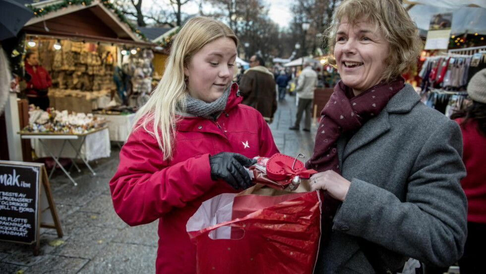 JULESTEMNING: Sigrid Simonsen (23) og Randi Randal (50) fra Narvik er på besøk i hovedstaden og benytter sjansen til å besøke julemarkedet i Spikersuppa.  Foto: Øistein Norum Monsen / DAGBLADET
