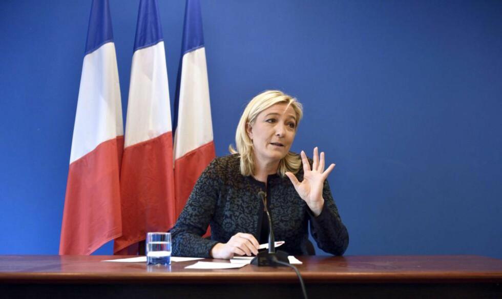PENGENØD: Ytre høyre i Frankrike fikk ikke lånt penger i europeiske banker. Nasjonal Front (FN) og partilederen Marine Le Pen måtte til slutt låne penger i en russisk bank med gode forbindelser til Kreml. Bildet er fra et pressemøte i Nanterre tidligere denne måneden. Foto: AFP / Scanpix / ERIC FEFERBERG