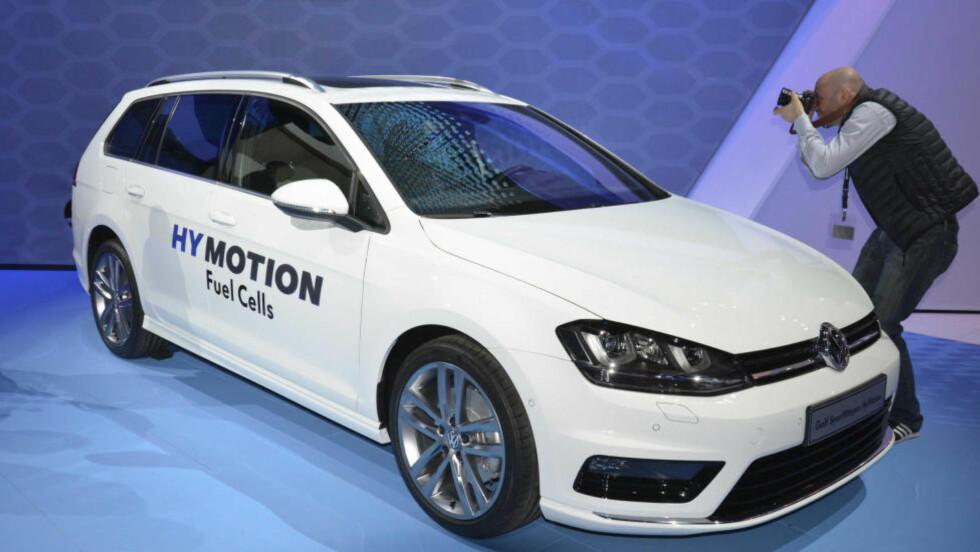 Folkelig: VW har valgt å putte hydrogen drivlinje i en helt normal bil, som mange kjøper.    Foto: NEWSPRESS