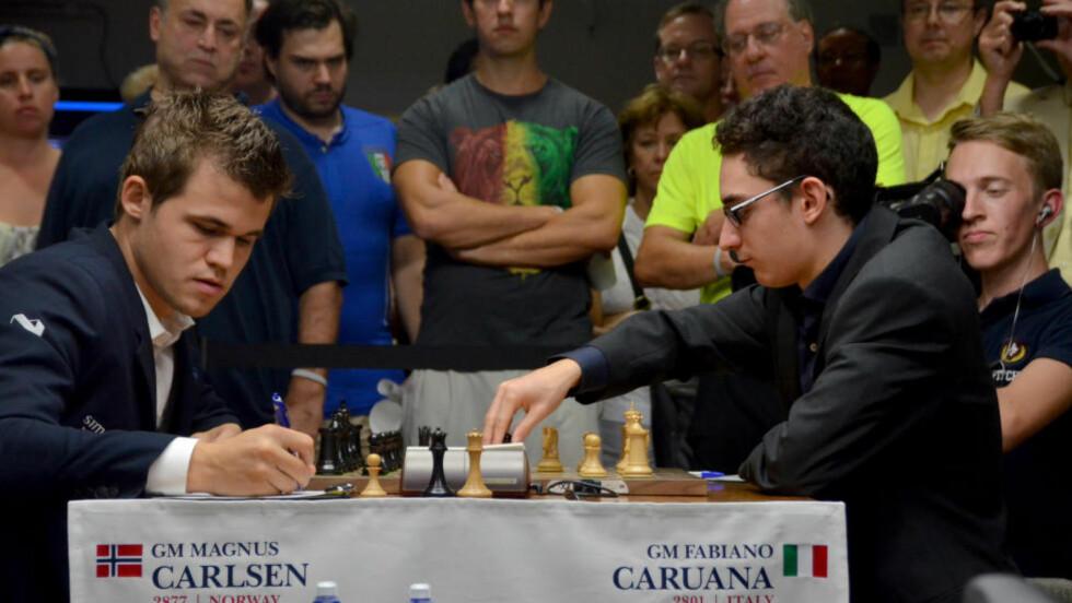 UTFORDRER: Verdensmester Magnus Carlsen mot Fabiano Caruana under Sinquefield Cup i september. Caruana regnes av mange som den største utfordreren til VM-tittelen. Foto: Stringer / NTB scanpix