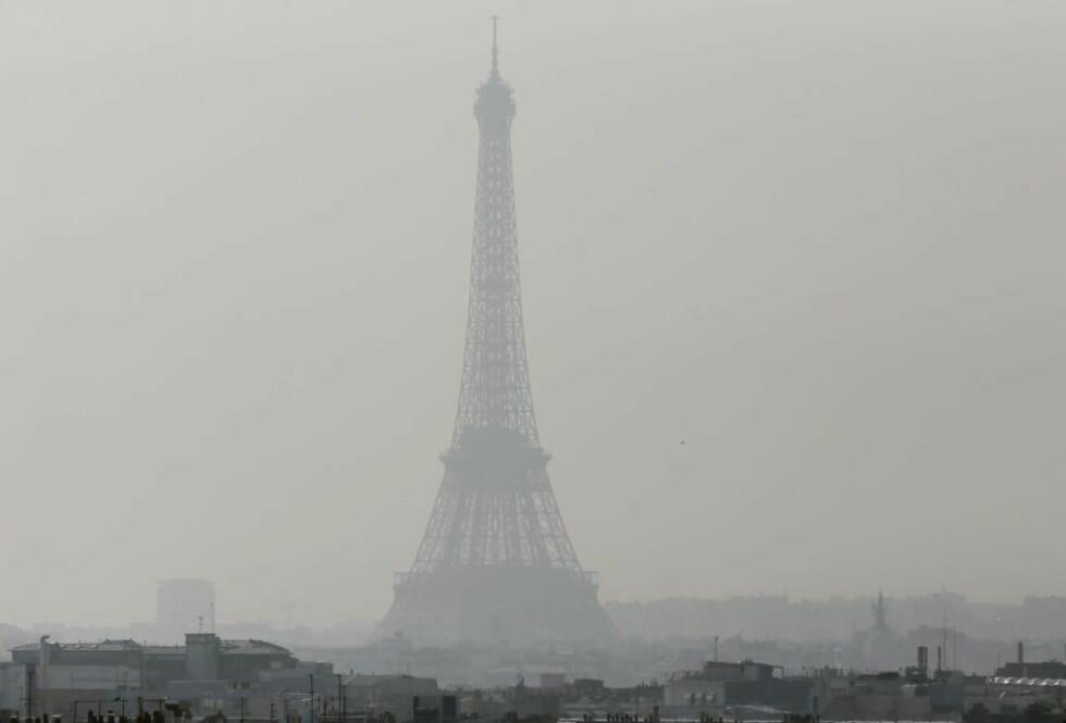 STØVTÅKE: Utsikt mot Eiffel-tårnet gjennom tett støv 14. mars 2014. Ultrasmå partikler forurenser lufta i franske og andre europeiske byer, og de tiltakene som hittil er satt inn har ikke fjernet de grunnleggende årsakene. dette utgjør en stor helsefare. Foto: AFP / Scanpix / PATRICK KOVARIK