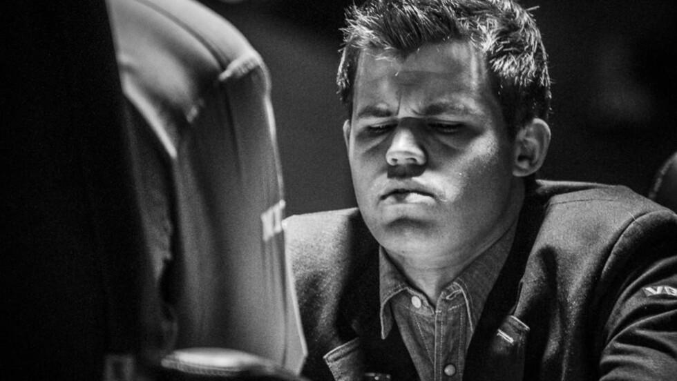 BEST MED SVART OG HVITT. Sportsredaktøren i The Times Of India mener at Magnus Carlsen allerede kvalifiserer til å bli en historisk sjakklegende. Foto: LARS EIVIND BONES.