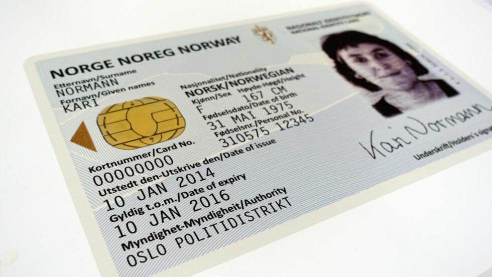 SLIK BLIR ID-KORTET: Det er designbyrået Neue Design Studios som står bak designet av ID-kortet og det nye passet som kommer om to år. Foto: KRISTIN SØRDAL / DINSIDE.NO