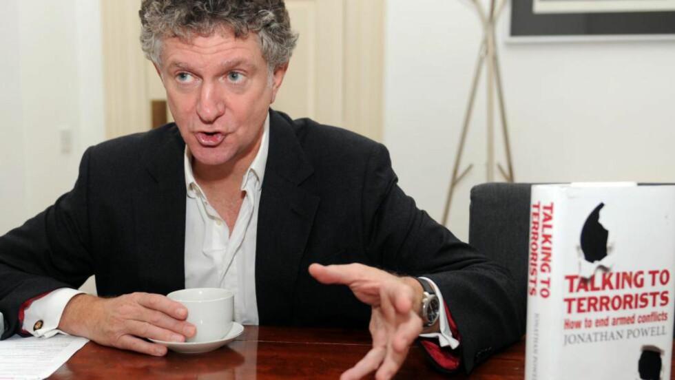 VIL FRED: Jonathan Powell som i alle år var Tony Blairs høyre hånd, hadde hovedansvaret for å få til en avtale med IRA i Nord-Irland. Bokomslaget har kulehull, noe som symboliserer de mange konfliktene Powell har deltatt i som fredsmekler. Foto: KEITH HAMMETT
