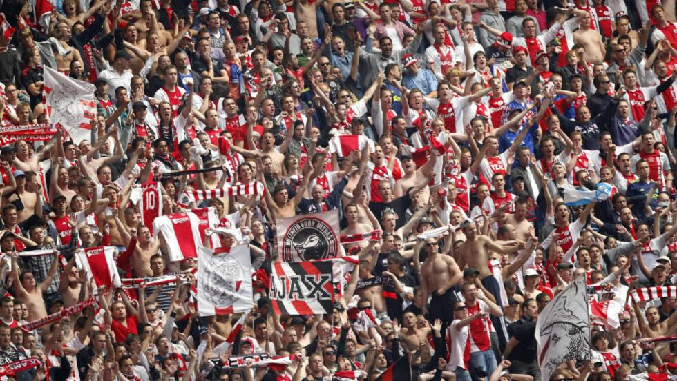 ARRESTERT: Nærmere 100 Ajax-tilhengere utstyrt med jernstenger ble arrestert i Paris i forkant av tirsdagens mesterligakamp mot Paris St. Germain. Foto: AP Photo/Bas Czerwinski