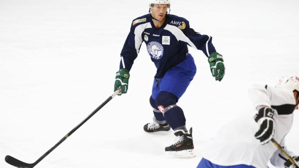 KARANTENE: Den norske ishockeyproffen Ole-Kristian Tollefsen er ilagt karantene for å ha truet en dommer på livet. Foto: Heiko Junge / NTB scanpix