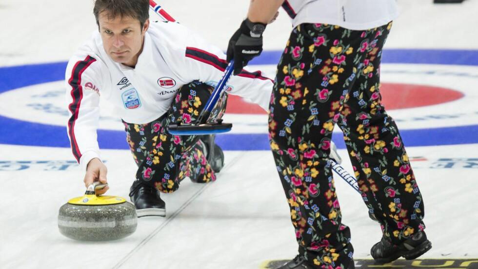 TAPTE FOR SVERIGE:  Thomas Ulsrud og hans mannskap gikk på sitt tredje tap i curling-EM da Sverige vant 7-6 tirsdag. EPA/JEAN-CHRISTOPHE BOTT
