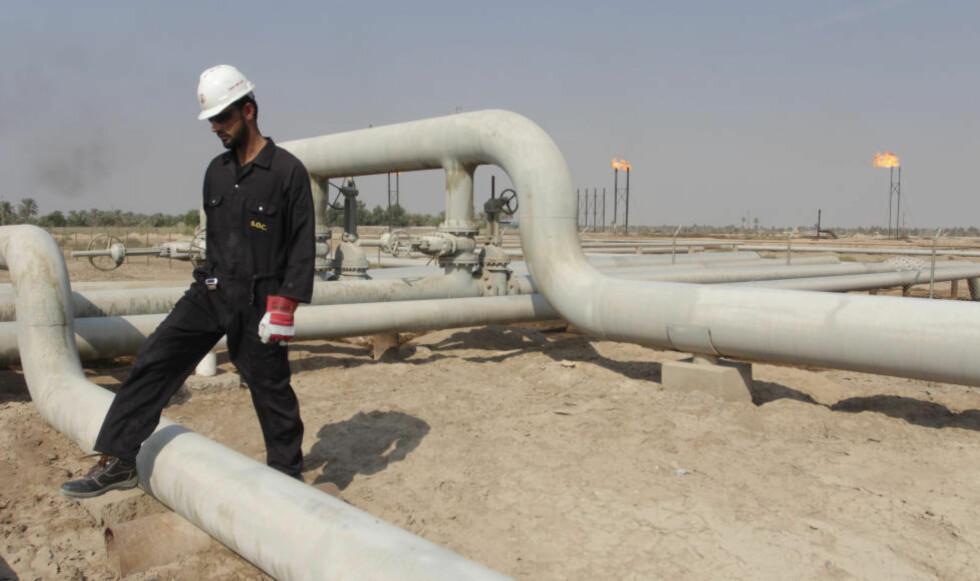 OLJEPRIS: Irak regner med en oljepris på 80 dollar fatet i statsbudsjettet for neste år. Her en arbeider ved oljefeltet Nahr Bin Umar, nord for Basra og sørøst for Bagdad. Foto: REUTERS / Scanpix / Essam Al-Sudani