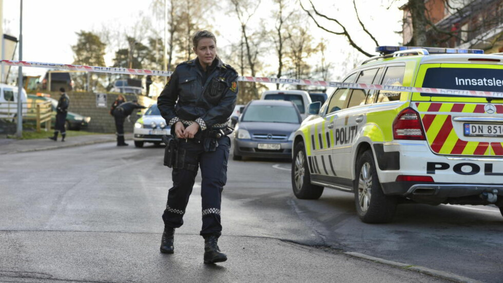 PISTOL PÅ HOFTA: Under en politiutrykning til Oppsal i Oslo tirsdag, bar politiet våpen. Samme dag trådte den midlertidige ordningen med bevæpning av politiet i kraft, men allerede nå ønsker politiet å forlenge perioden. Foto: Øistein Norum Monsen / Dagbladet