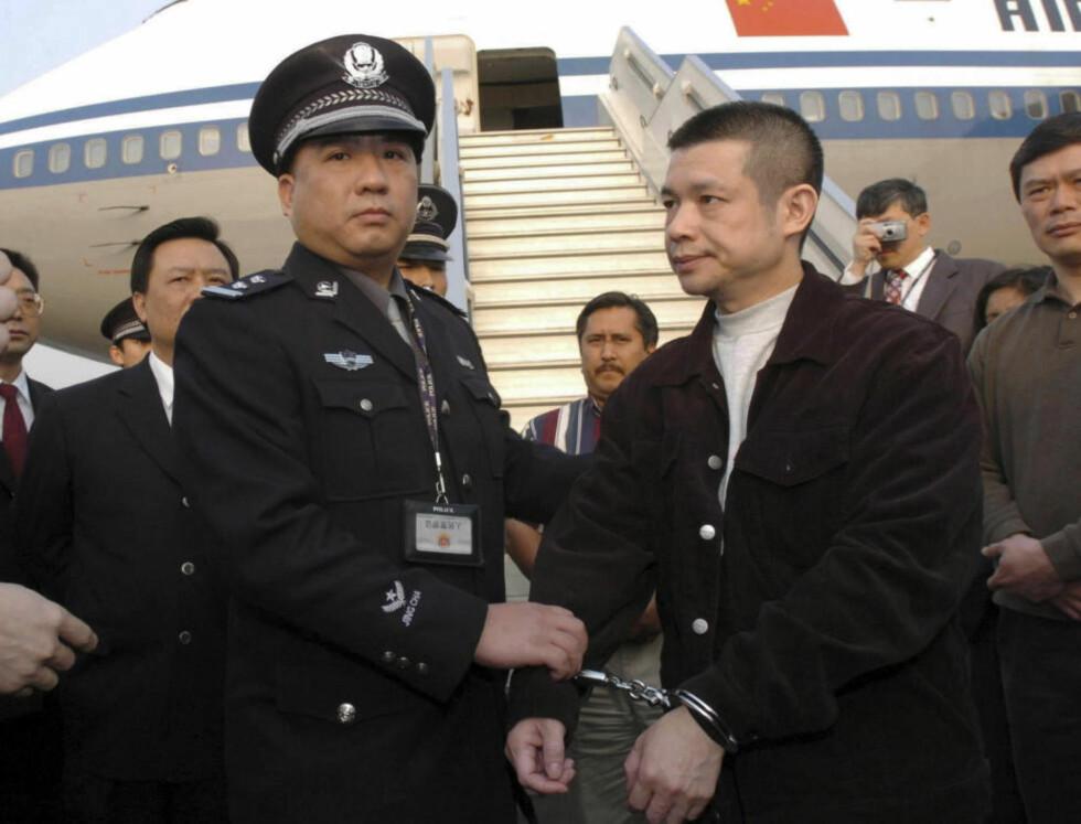 KORRUPSJONSJAKT:: Yu Zhendong, til høyre, som er mistenkt for å ha underslått 485 millioner US dollar fra en kinesisk statsbank, ble arrestert av politiet da han kom tilbake til Kina fra USA. Myndighetene i USA sendte ham tilbake etter å ha fått et løfte om at han ikke vil bli henrettet. Kinas myndigheter jakter på korrupte kinesere som har stukket til utlandet med svarte penger. Foto: AP / Scanpix / Xinhua / Yuan Man