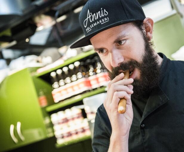 <strong>INGEN USMAK:</strong> Daniel Byskov, synes ikke pølsa er vond, men foretrekker fortsatt å ha grønnsakene på pølsa, ikke i. Foto: ENDRE VELLENE