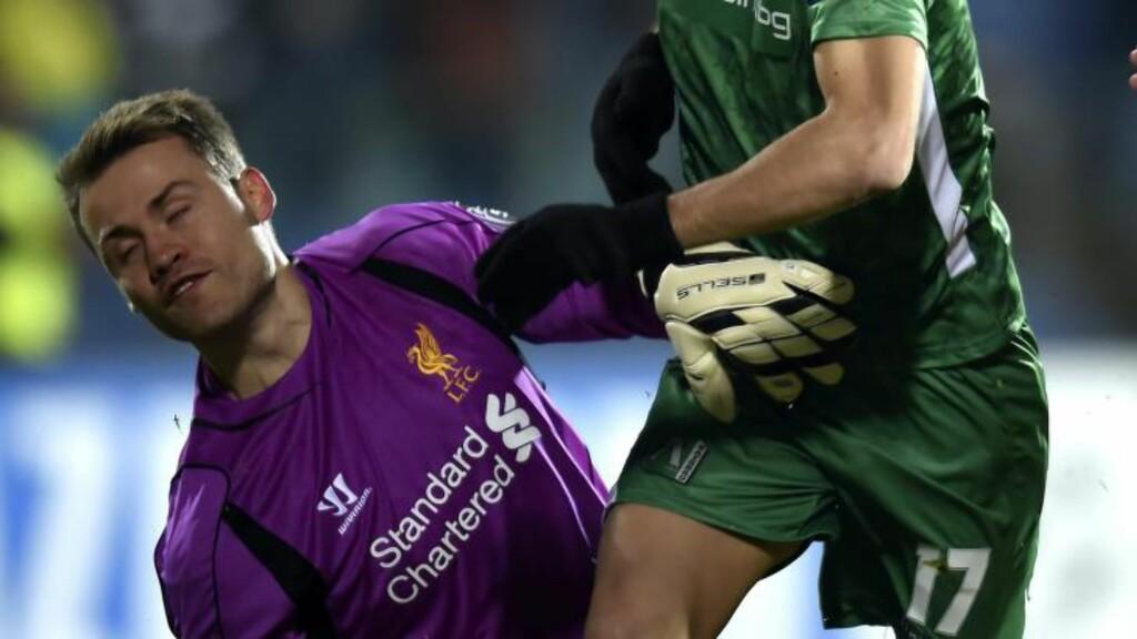 TABBE: Dani Alabo setter inn 1-0 til Ludogorets bak Simon Mignolet. Heldigvis for belgieren svarte Liverpool raskt, men måtte likevel ta til takke med ett poeng i Bulgaria. Foto: EPA/GEORGI LICOVSKI/NTB SCANPIX
