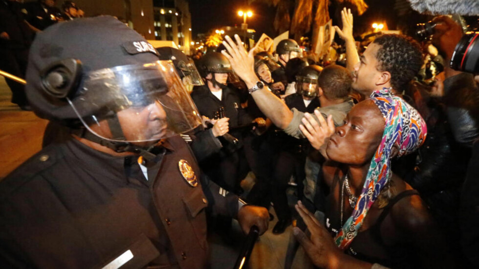 RASER MOT POLITIET:  Demonstranter møter politibarrierer i Ferguson tirsdag kveld. Opptøyene brøt i første omgang i sommer da 18-årige Michael Brown ble skutt av en politimann. FOTO: NTB SCANPIX