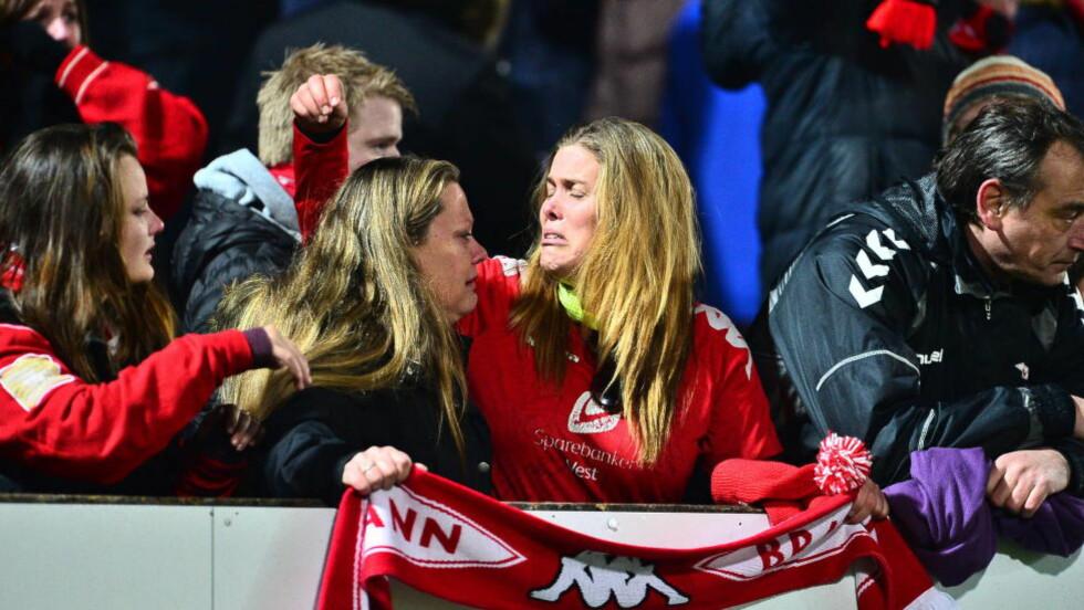 TAP OG TÅRER: Brann-supporterne viste følelser i Mjøndalen. Neste sesong blir det borteturer til langt mindre glamorøse steder enn de er vant til.  Foto: Thomas Rasmus Skaug