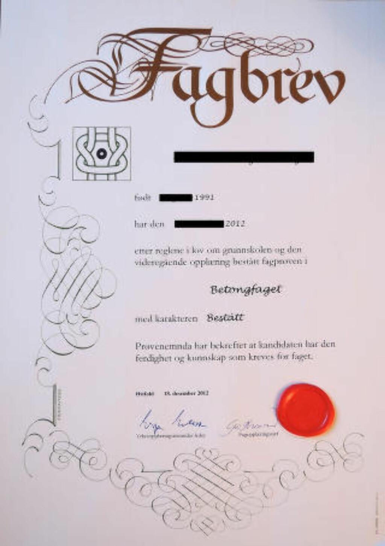 FAGBREVET: Foreldrene viser stolt fram beviset på sønnens utdannelse. Foto: Tore Bergsaker