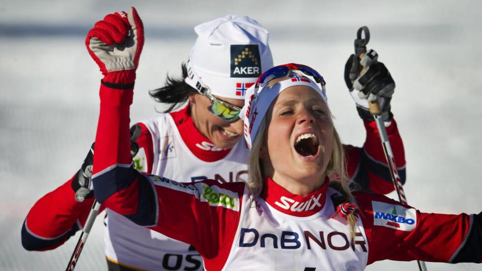 GLEDE FOR GULL: Therese Johaug vant 30 km i Kollen-VM i 2011. Her smiler Marit Bjørgen over sin andreplass. Øyeblikket er Johaugs aller største så langt i karrieren.