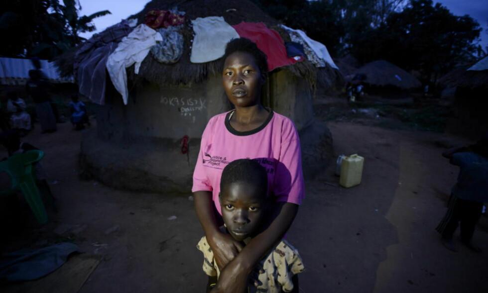 LRA-OFRE: Faren til Oma Phillip (10) omtales som verdens mest ettersøkte mann - den fryktede geriljalederen Joseph Kony. Moren, Achiro Rose, ble kidnappet som 13-åring og tvunget til å gifte seg med Kony da hun var 15 år.  Foto: John T. Pedersen / Dagbladet
