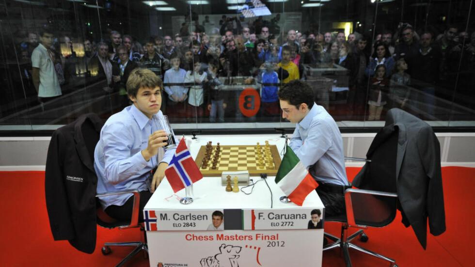 MØTES I VM? Verdens sjakkekspertise samler seg om Fabiano Caruana som den neste VM-motstanderen til Magnus Carlsen. Her møttes de i Bilbao for et år siden. Magnus Carlsen vant da. Men siden det er Caruana blitt så god at han er blitt beskyldt for å jukse. Foto: AP