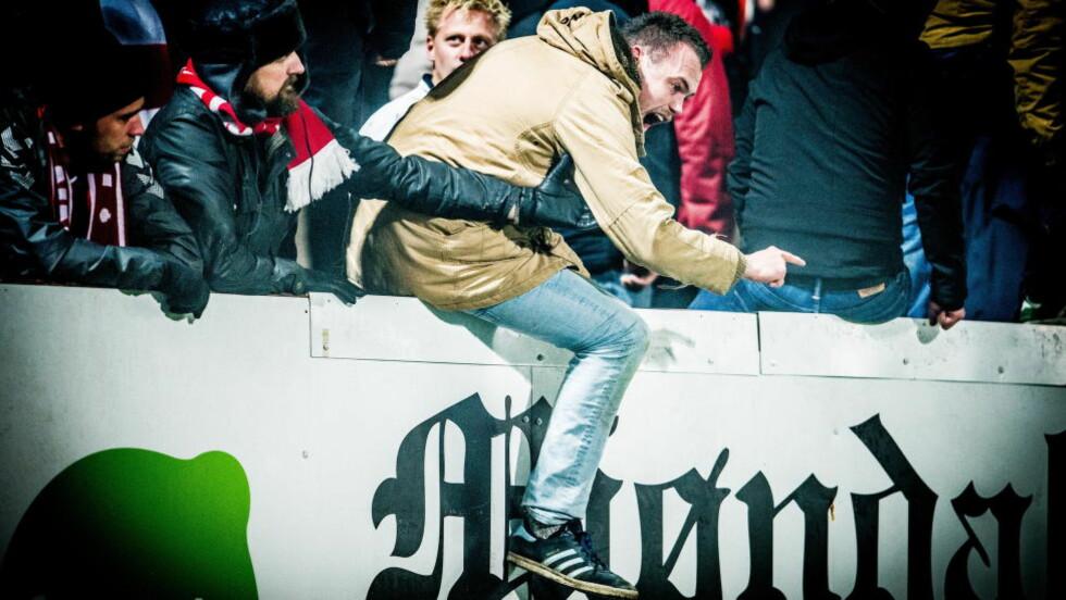I FRITT FALL: Brann-supporterne var ikke akkurat feststemte i Mjøndalen onsdag kveld. Foto: Thomas Rasmus Skaug