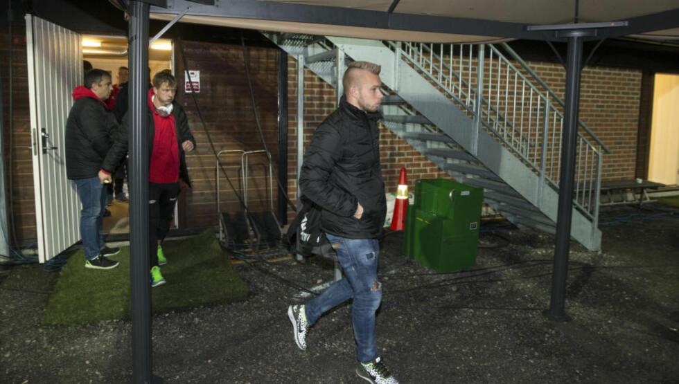 DEPP: Marcus Pedersen forlater Mjøndalen Stadion i går kveld etter en skuffende forestilling og 0-3 i sekken. Dermed blir det førstedivisjonsspill på Brann neste år. Pedersens framtid er derimot langt mer uviss. Foto: Terje Bendiksby / NTB scanpix