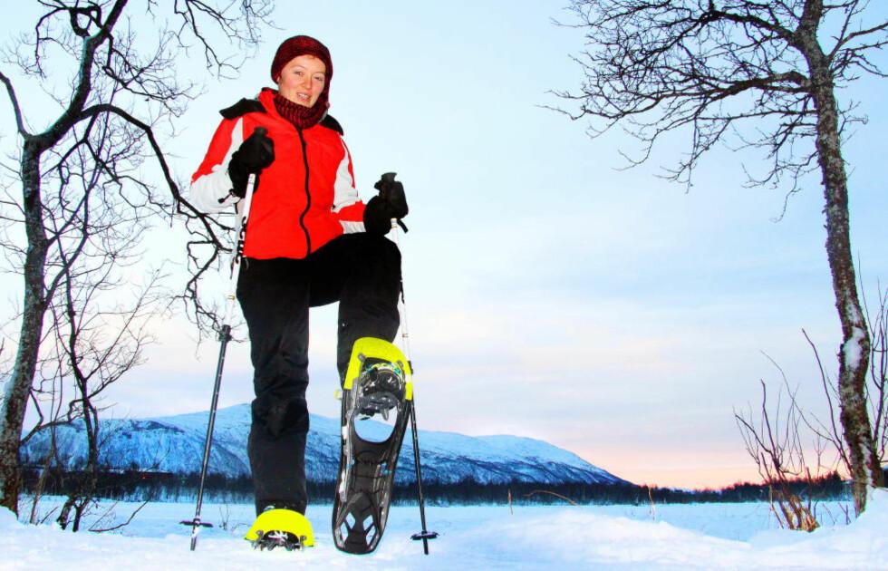 TRUGEGUIDEN:  Kasia Pacek står klar ved Prestvannet i Tromsø for å guide turister på trugetur en tidlig vintermorgen. Foto: KIRSTEN MARGRETHE BUZZI