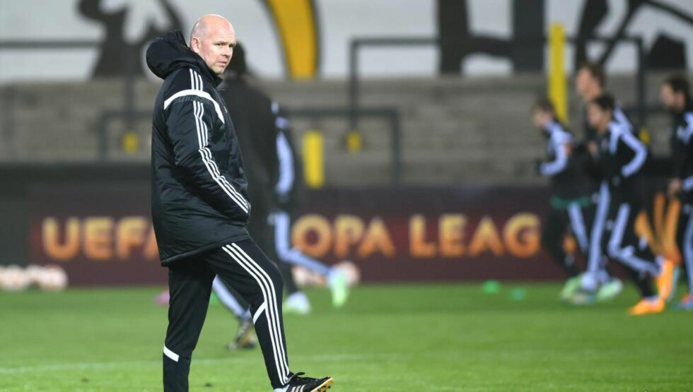 FØRSTE TAP: Henning Berg måtte tåle sitt første europacuptap som trener for Legia Warszawa da Lokeren vant 1-0 i europaligaen torsdag. Foto: AFP PHOTO / BELGA / LUC CLAESSEN / NTB Scanpix