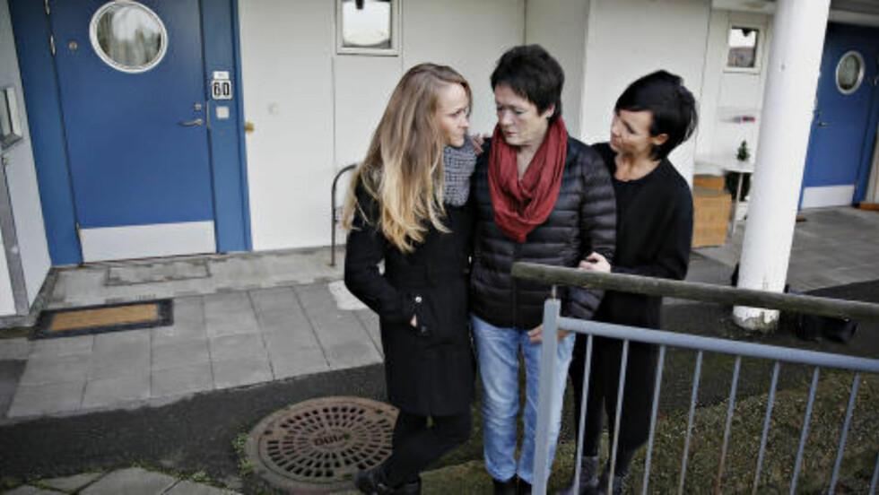 HADDE IKKE NØKLER:  Bak den blå inngangsdøra i Gladbakkvegen 60 bodde Bjørg Elinore Strand. Det var hit hun skulle, men ingen fulgte henne inn. Sykehuset sendte Strand hjem uten nøkler.