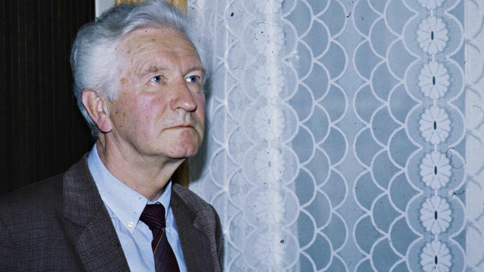 TOK BILDE AV NORSK DIPLOMAT: I 1959 stormet teamet til KGB-oberst Nikolaj Krymovs rommet hvor de fant den norske diplomaten naken sammen med to unge russiske menn. Foto: OLA FLYUM