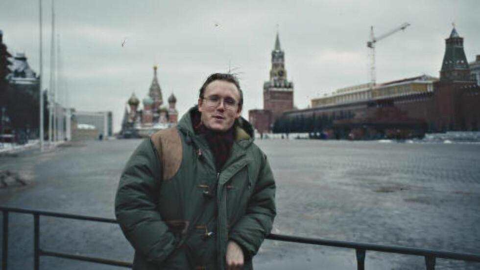MØTTE KGB-OBERST: Den prisbelønte forfatteren og regissøren Ola Flyum har produsert over 30 dokumentarfilmer og skrevet en rekke bøker. I 1992-94 bodde han i Russland og møtte flere av KGBs veteraner som hadde overvåket og operert i Norge. I en rekke år samarbeidet Flyum med forfatteren Alf R. Jacobsen om noen av de største KGB-sakene i den kalde krigen. To saker peker seg ut. Den ene er historien om Werna Gerhardsens nære forhold til flere KGB-agenter. Dette ble avdekket i en artikkelserie i Dagbladet våren 1994. Den andre er Gunvor Galtung Haaviks ulykkelige kjærlighetshistorie - et skjebnedrama som fikk en omfattende dekning i norske medier. Denne historien har også resultert i en dokumentarfilm for NRK.  I 1993 møtte han KGB-agenten som la fellen for den norske toppdiplomaten, som senere fikk kodenavn «Oscar». Foto: PRIVAT