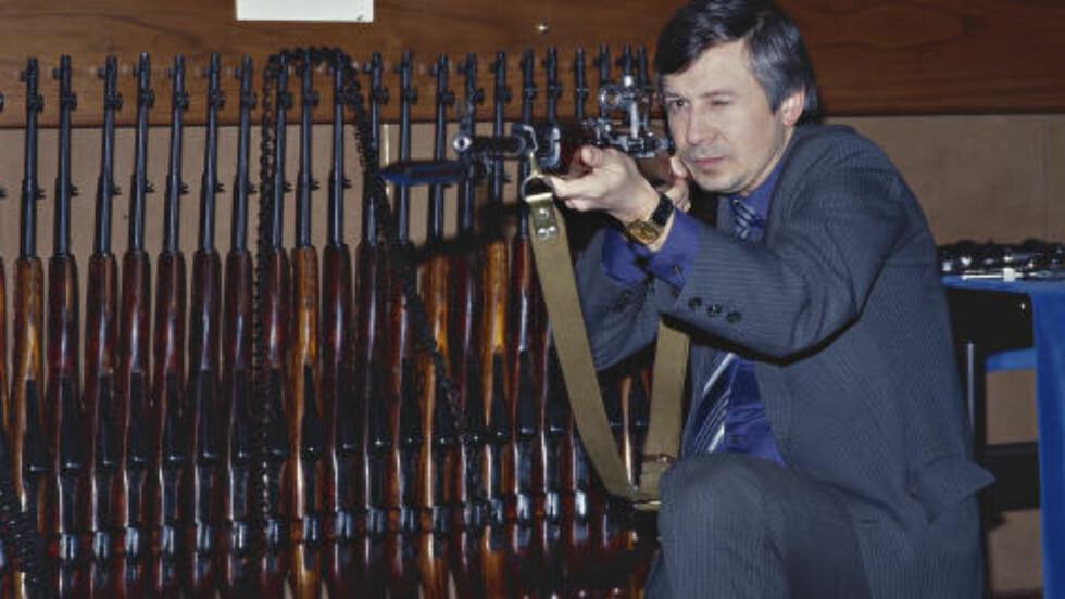 NYTT IMAGE: «I 1993 forsøket det nye KGB å skape et nytt image og tillot journalister å komme inn i bygget. Jeg og Oleg var blant de som fikk komme inn, men ikke i torturkamrene», skriver Ola Flyum. Her viser en KGB-ansatt fram våpen. Foto: OLA FLYUM