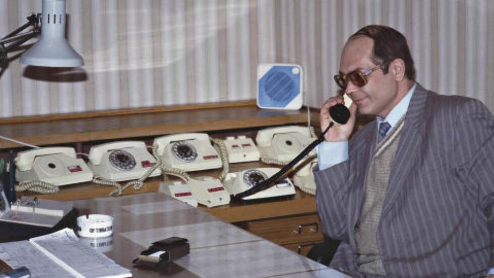 MANGE TELEFONER: «Kontorene hadde store skrivebord og et imponerende antall telefoner - dess høyere man satt som sjef, dess flere telefoner», skriver Ola Flyum om sitt besøk i KGB-hovedkvartaret i 1993. Foto: OLA FLYUM