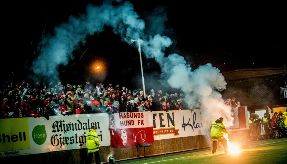 REGELBRUDD: Mjøndalen banket Brann, og da brukte bortefansen det de hadde av brennende objekter til å markere seg. Det kan bli dyrt for Brann. Foto: Thomas Rasmus Skaug