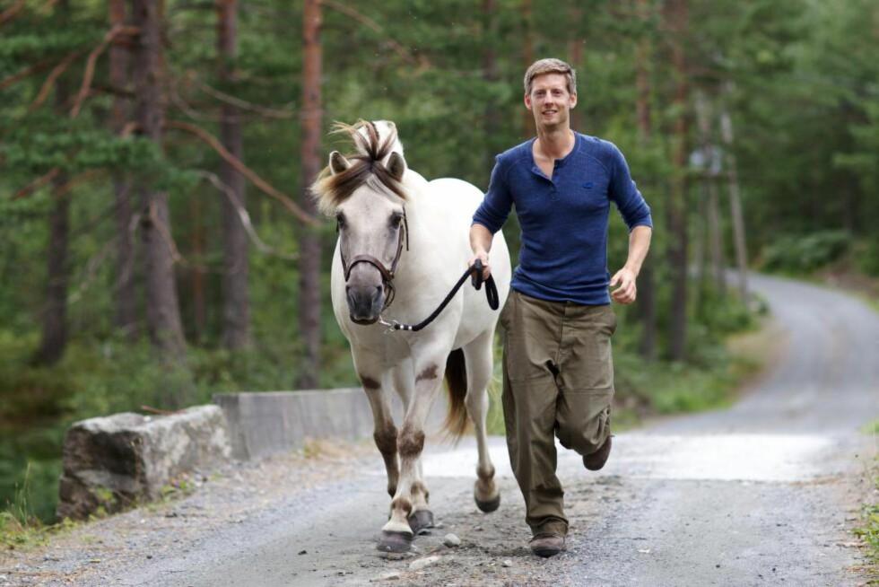 ARTIST: Gaute Grøtta Grav lanserte nylig albumet «Gardsgut», med hjelp fra TV 2 og «Farmen»-deltakere. Foto: TV 2