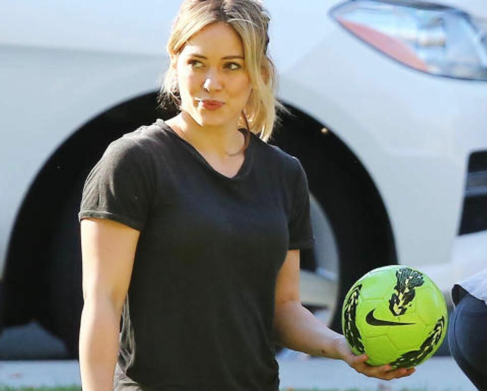 KOLLEGA: Thorbjørn Harr har romantiske scener mot Hilary Duff i den nye tv-serien «Younger»