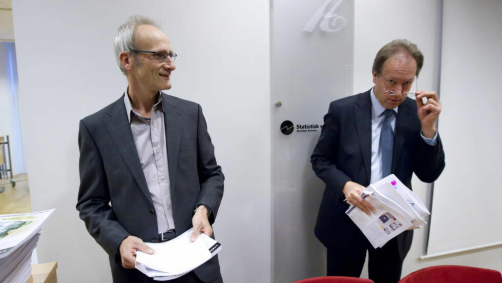 LEDER: Administrerende direktør i Statistisk sentralbyrå (SSB), Hans Henrik Scheel (t.h), her fotografert sammen med forskningsleder Torbjørn Eika i SSB da de presenterte konjunkturtendensene i Norge og Europa. Foto: Heiko Junge / Scanpix